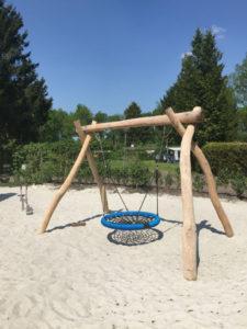 Houten schommelframe in het zand met vogelnest zitting - Houten schommels - Robinia houten speeltoestellen - LuduQ speeltoestellen