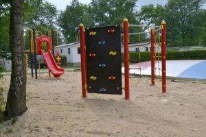 Zeshoekig klimtoestel met klimwand in zand - Klimtoestellen - Speeltoestellen - LuduQ speeltoestellen