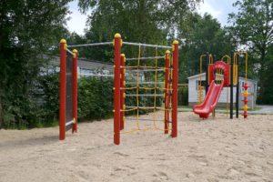 Zeshoekig klimtoestel en glijbaan in het zand geplaatst - Klimtoestellen - Speeltoestellen - LuduQ speeltoestellen