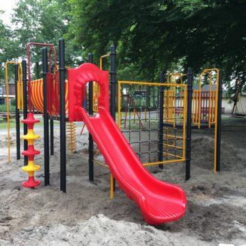 Geel klimtoestel met rode glijbaan in zand - Klimtoestellen met glijbaan - Speeltoestellen - LuduQ speeltoestellen
