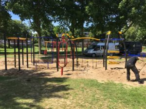 Montage uitgebreid klimtoestel met verschillende elementen in park - Klimtoestellen - Speeltoestellen - LuduQ speeltoestellen