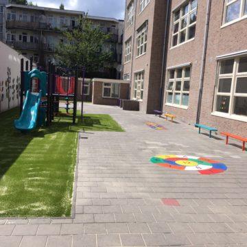 Schoolplein met verschillende speeltoestellen op kunstgras en tegels - Klimtoestellen met glijbaan - Speeltoestellen - LuduQ speeltoestellen