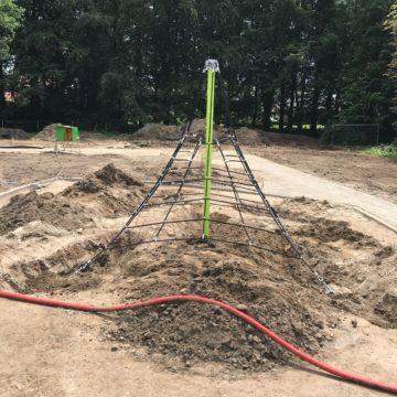 Klimnet met groene paal in het zand gemonteerd - Ruimtenetten - Speeltoestellen - LuduQ speeltoestellen