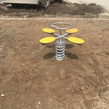 Metalen wiptoestel met veerelement met gele zittingen - Wip- en veerelementen - Speeltoestellen - LuduQ speeltoestellen