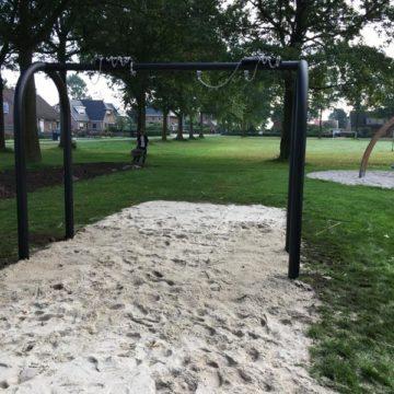 Dubbele schommel op zand geplaatst in park - Schommels - Speeltoestellen - LuduQ speeltoestellen