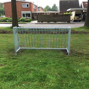 Roestvrij stalen voetbaldoel op gras in park - Balsporten - Speeltoestellen - LuduQ speeltoestellen
