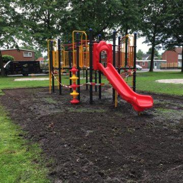 Montage klimtoestel met rode glijbaan in park - Klimtoestellen met glijbaan - Speeltoestellen - LuduQ speeltoestellen