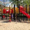 Groot klimtoestel met glijbaan in zand geplaatst met spelende kinderen - Klimtoestellen met glijbaan - Speeltoestellen - LuduQ speeltoestellen