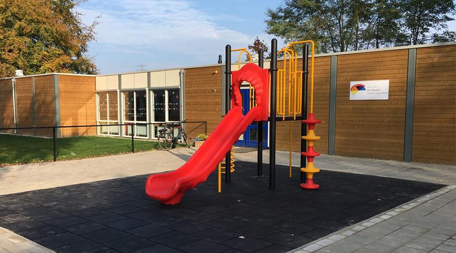 Klimtoestel met rode glijbaan op schoolplein - Klimtoestellen met glijbaan - Speeltoestellen - LuduQ speeltoestellen
