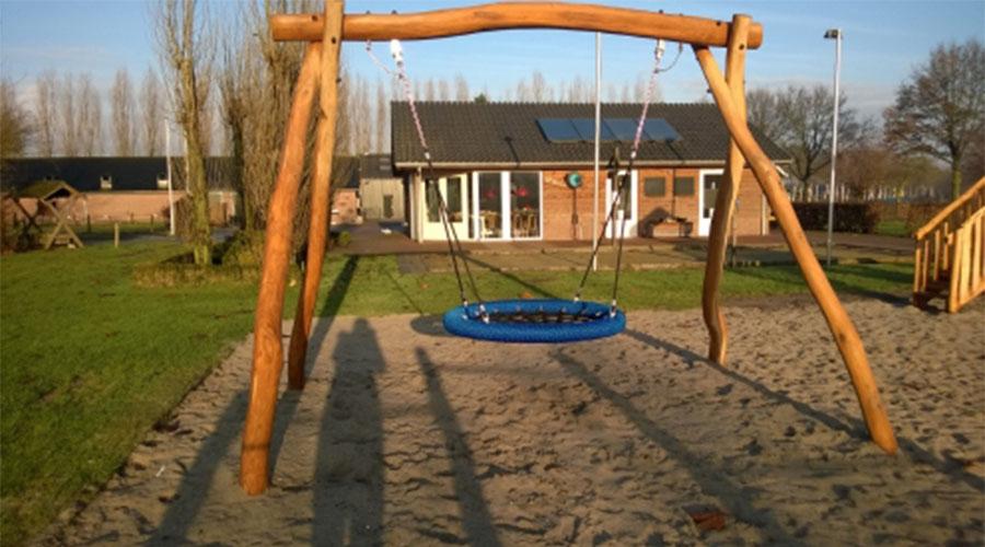 Houten schommel frame in het zand - Houten schommels - Robinia houten speeltoestellen - LuduQ speeltoestellen