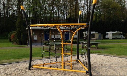 Geel klimtoestel in driehoek vorm op camping - Klimtoestellen - Speeltoestellen - LuduQ speeltoestellen