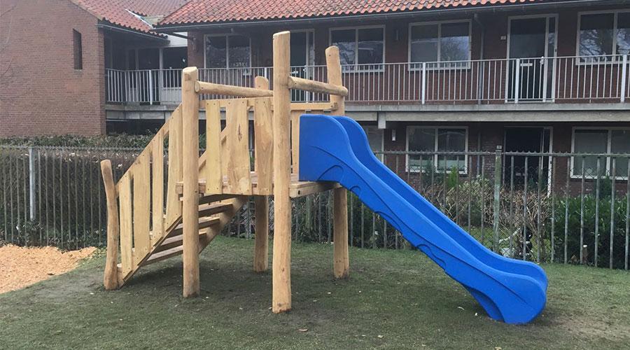Houten klimtoestel met blauwe glijbaan - Robinia houten speeltoestellen - LuduQ speeltoestellen