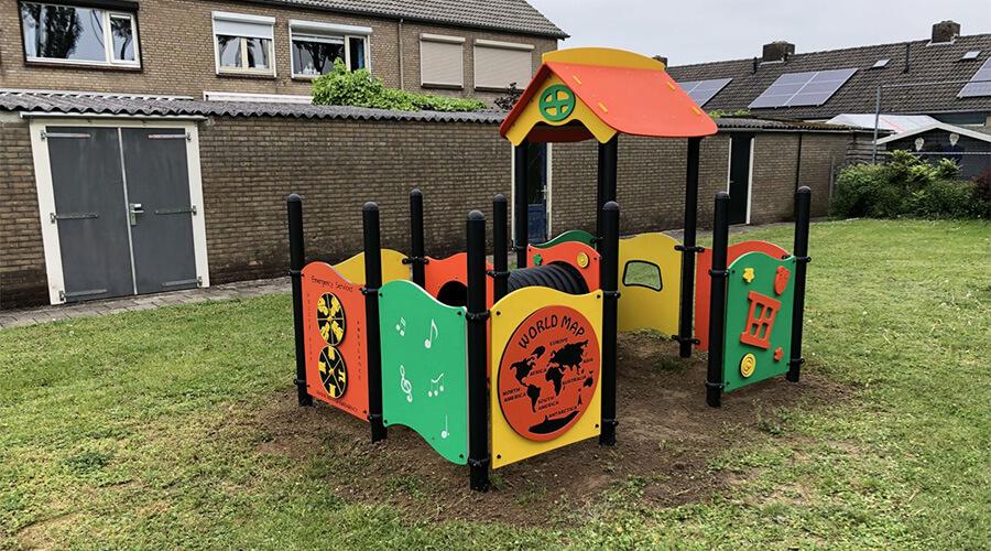 Speelhuisje met tunnel en speelwanden op grasveld - XYZ Fantasia - Speeltoestellen - LuduQ speeltoestellen
