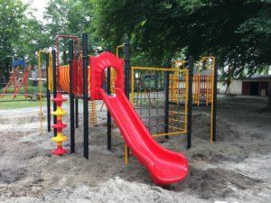 Geel met rood gekleurd klimtoestel in zandbak met grote klimwand van touwen en glijbaan van kunststof - Speeltoestellen - LuduQ speeltoestellen