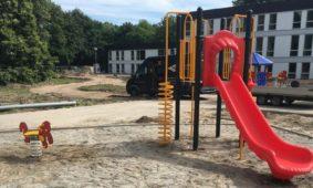 Nieuwe speeltoestellen voor de speelplaats van het COA in Zutphen