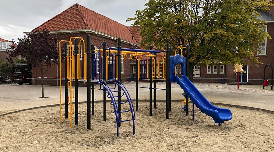 Schoolplein met groot geel klimtoestel met blauwe accenten en glijbaan - Klimtoestellen met glijbaan - Speeltoestellen - LuduQ speeltoestellen