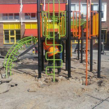 Zijkant klimtoestel met glijbaan montage op schoolplein - Klimtoestellen met glijbaan - Speeltoestellen - LuduQ speeltoestellen