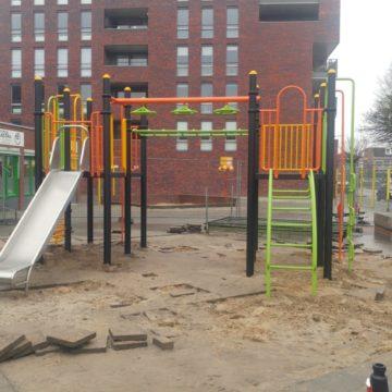 Montage klimtoestel met glijbaan op schoolplein - Klimtoestellen met glijbaan - Speeltoestellen - LuduQ speeltoestellen