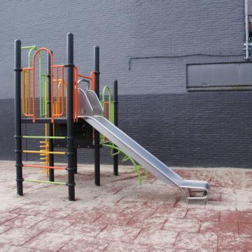 Klein kleurrijk klimtoestel met roestvrij stalen glijbaan op rubberen tegels - Klimtoestellen met glijbaan - Speeltoestellen - LuduQ speeltoestellen