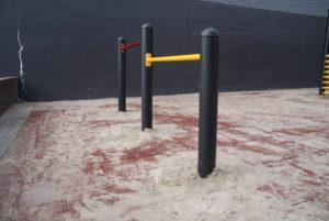 Rubberen tegels met dubbel duikelrek op schoolplein - Duikelrekken - Speeltoestellen - LuduQ speeltoestellen