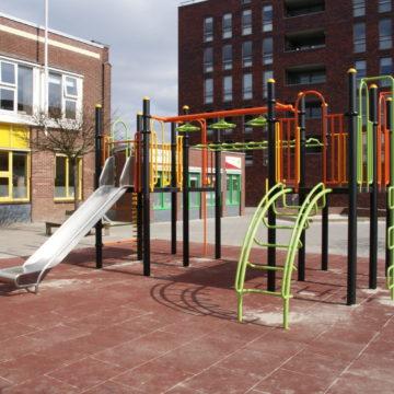 Kleurrijk klimtoestel op schoolplein op rubberen valondergrond met roestvrij stalen glijbaan - Klimtoestellen met glijbaan - Speeltoestellen - LuduQ speeltoestellen