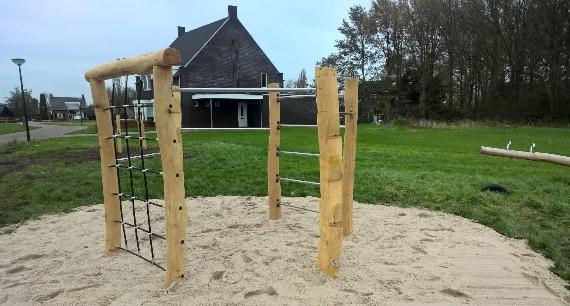 Houten zeshoekig klimtoestel op zand - Houten klimtoestellen - Robinia houten speeltoestellen - LuduQ speeltoestellen