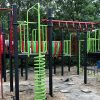 Groen met rood klimtoestel met glijbaan en hangelementen - Klimtoestellen met glijbaan - Speeltoestellen - LuduQ speeltoestellen