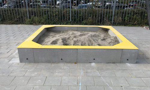 Gele betonnen zandbak op schoolplein - XYZ Fantasia - Speeltoestellen - LuduQ speeltoestellen