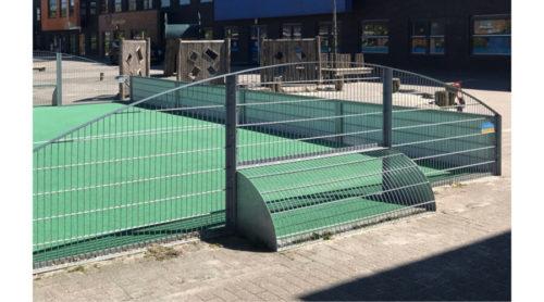Achterkant grote voetbalkooi met kunstgras op schoolplein - Balsporten - Speeltoestellen - LuduQ speeltoestellenl