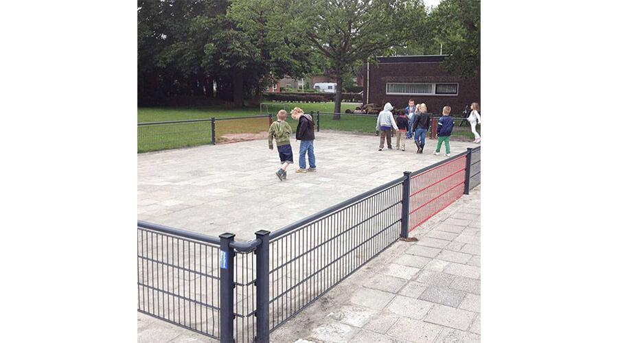 Spelende kinderen in pannakooi op schoolplein - Balsporten - Speeltoestellen - LuduQ speeltoestellen