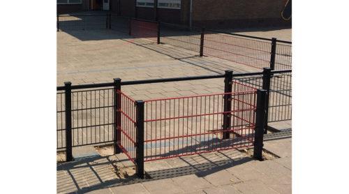 Milaan panna 13,5 x 7,5 meterRoestvrij stalen voetbalkooi met rood doel op schoolplein - Balsporten - Speeltoestellen - LuduQ speeltoestellen