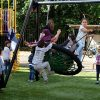 Spelende kinderen op vogelnest schommel - Schommels - Speeltoestellen - LuduQ speeltoestellen