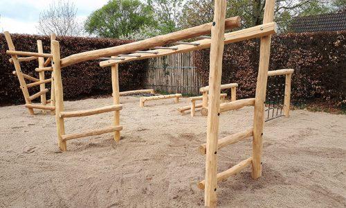 Houten klimtoestellen in het zand geplaatst - Houten klimtoestellen - Robinia houten speeltoestellen - LuduQ speeltoestellen