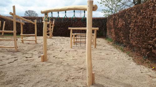 Houten klimtoestel met hangers - Houten klimtoestellen - Speeltoestellen - LuduQ speeltoestellen