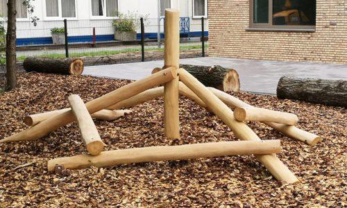 Houten klimtoestel met paal in het midden op houtsnippers - Houten klimtoestellen - Robinia houten speeltoestellen - LuduQ speeltoestellen