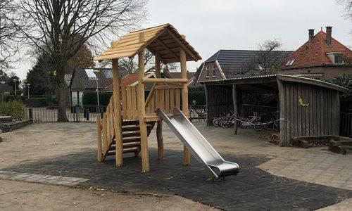 Houten speelhuisje met RVS glijbaan op rubberen tegels - Houten speelhuisjes - Robinia houten speeltoestellen - LuduQ speeltoestellen
