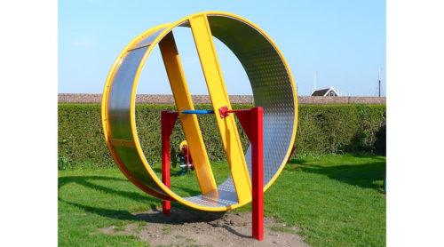 Kleurrijk draairad op gras geplaatst - Draaitoestellen - Speeltoestellen - LuduQ speeltoestellen