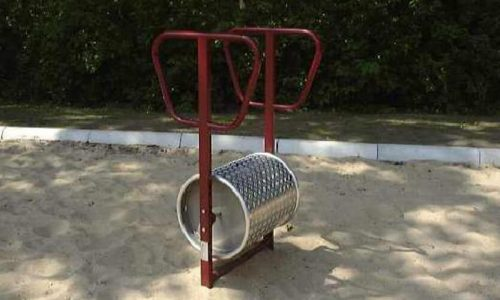 Draaitoestel van aluminium en rood gekleurd roestvrij staal op zand geplaatst - Draaitoestellen - Speeltoestellen - LuduQ speeltoestellen