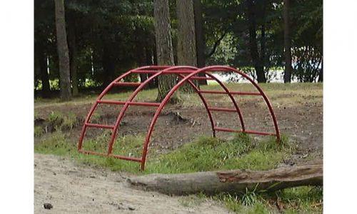 Rode klimboog in bos - Klimtoestellen - Speeltoestellen - LuduQ speeltoestellen