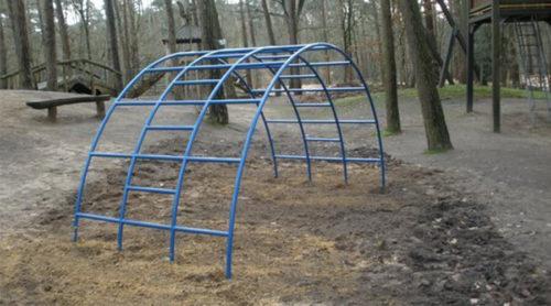 Blauwe klimboog in bos - Klimtoestellen - Speeltoestellen - LuduQ speeltoestellen