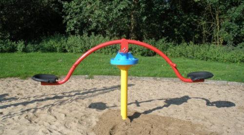 Kleurrijke hoge wip in het zand - Veer- en wipelementen - Speeltoestellen - LuduQ speeltoestellen