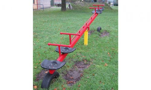 Rode wipwap met vier zittingen op grasveld - Veer- en wipelementen - Speeltoestellen - LuduQ speeltoestellen