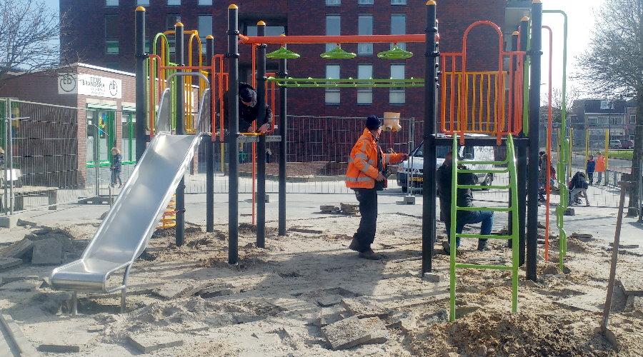 valondergronden en onderdelen voor speeltoestel op schoolplein