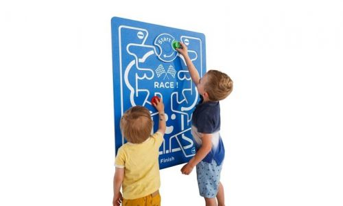 Kinderen spelen racen op speelwand - speelpanelen - LuduQ speeltoestellen